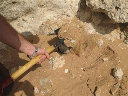 شباب في كعيدنة بحجة شمال غرب اليمن، يبحثون عن الذهب.