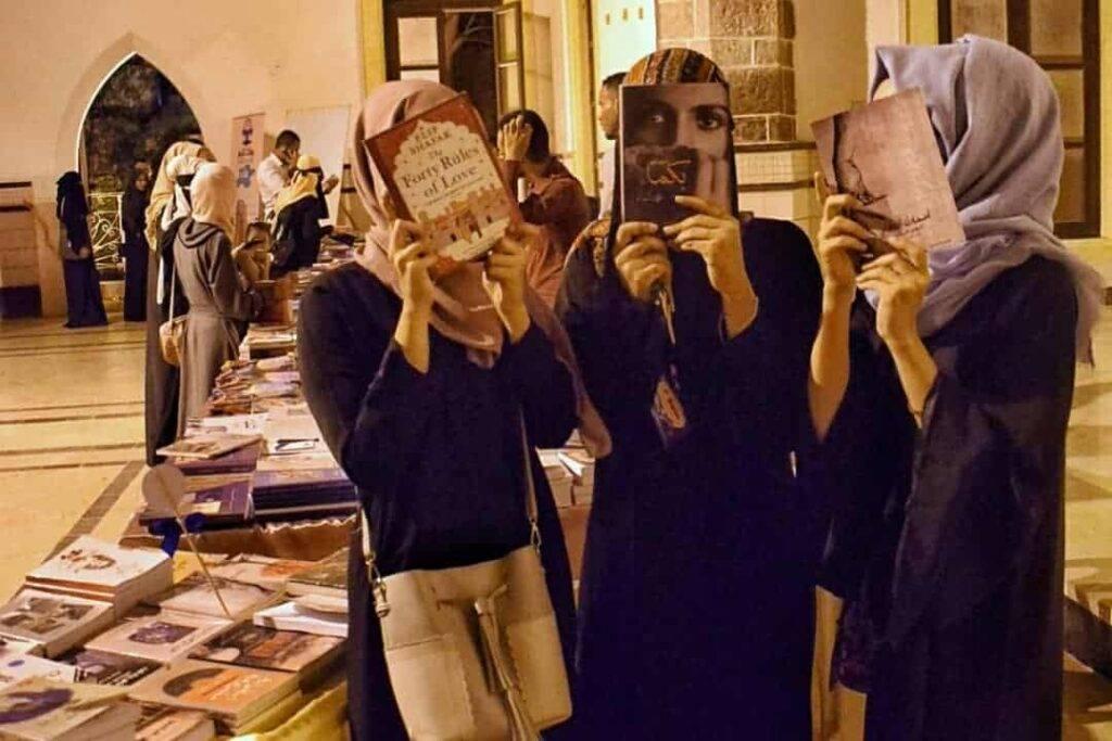 """فتيات في معرض الكتاب """"بوك تايم"""" في عدن"""