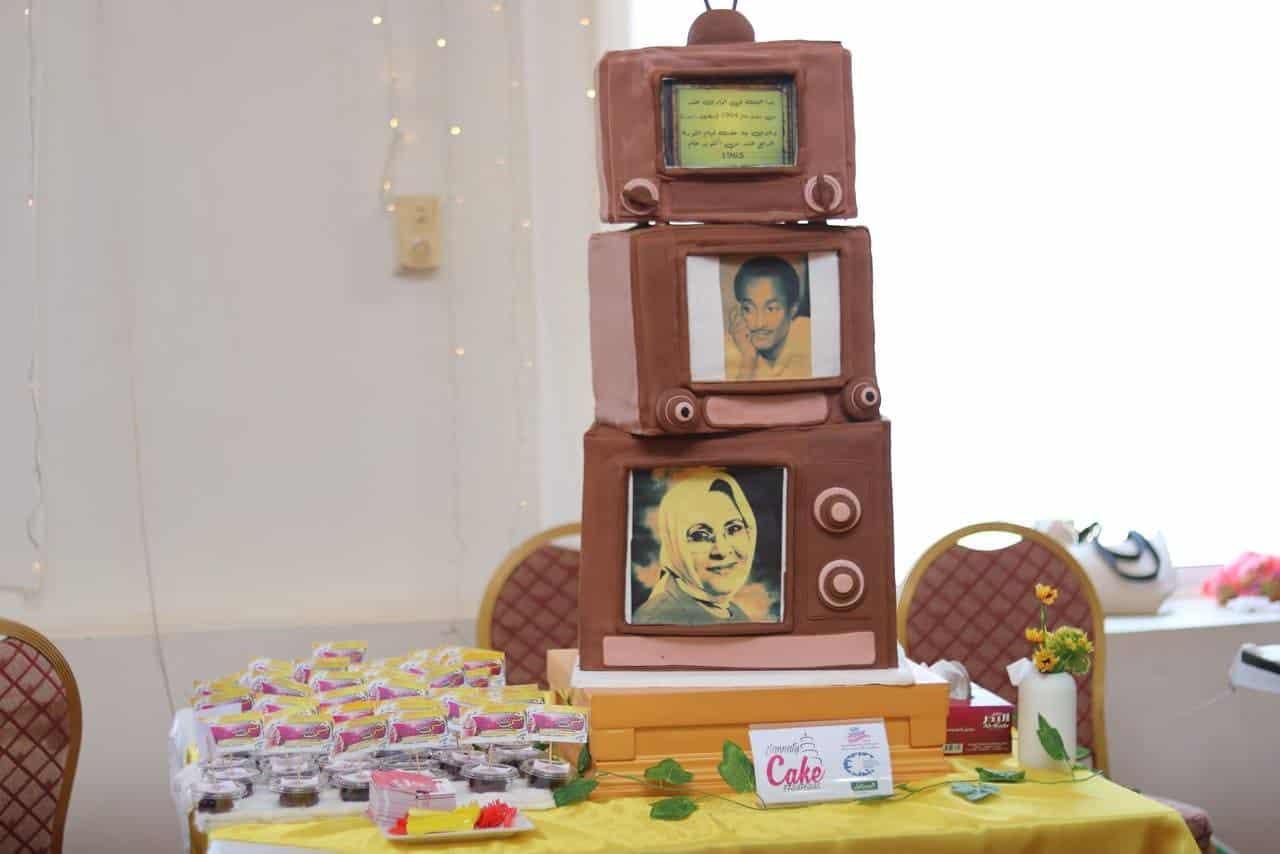 مجسم من الكيك لتلفزيون وإذاعة، عليها رموز إعلامية في عدن