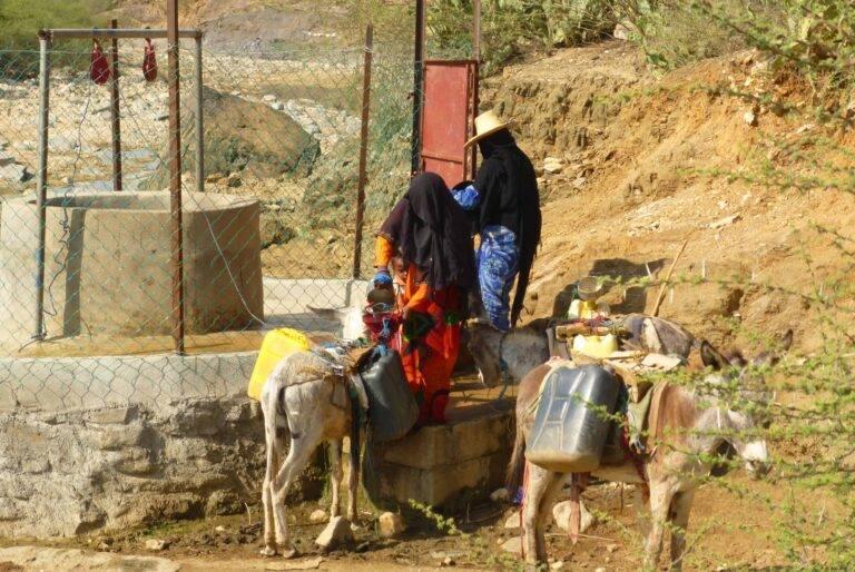 سيدتان أمام أحد الآبار في منطقة ريفية باليمن