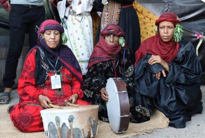أزياء اليمنيات.. من التنوع إلى اللون الواحد