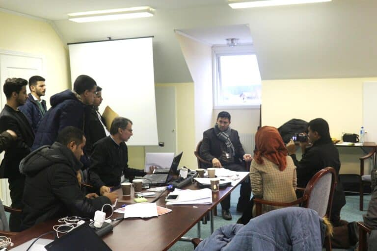 صحفيون يمنيون وصحفيات في غرفة أخبار مشاورات السويد