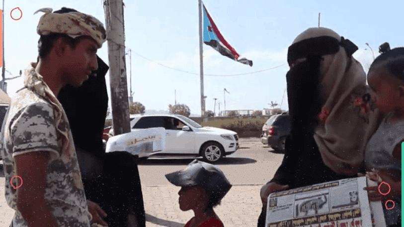 بائعة الجرائد.. بين ألم النزوح وقهر المعيشة