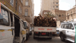 سيارة تنقل حطب في شارع بصنعاء